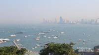 Walau tidak bisa merasakan keseruan menaiki speedboat di Teluk Pattaya, melihat saja dari ketinggian pun sudah cukup puas