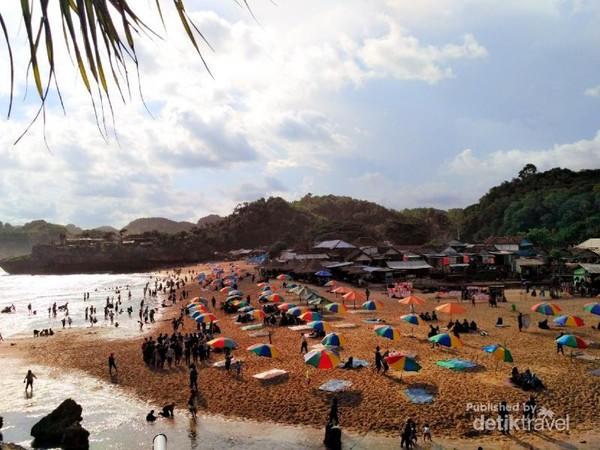 Warna warni payungnya berasa pantai-pantai luar negeri ga sih...