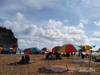 Duduk santai di bawah payung sambil liatin pantai...
