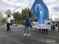 Selanjutnya delegasi dari berbagai negara menampilkan ciri khasnya, salah satunya perkumpulan warga Pakistan