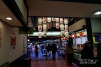 Restoran yang menjual oleh-oleh Jepang, salah satunya yatsuhashi yaitu kue manis khas Kyoto dari tepung beras.