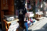 Banyak juga toko yang menjual berbagai pakaian.