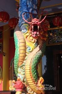 Salah satu bagian dari kelenteng berbentuk naga.