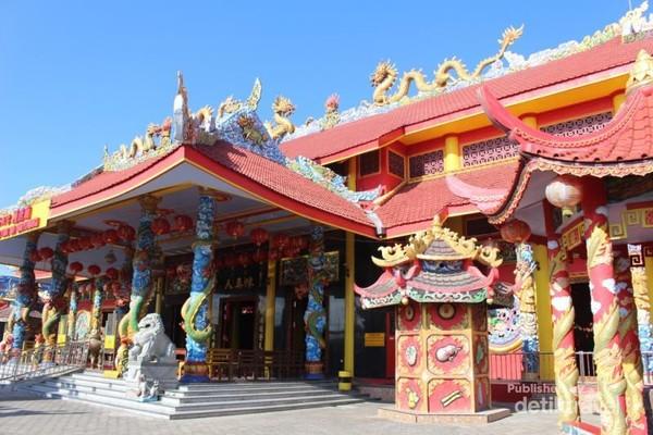 Bangunan dengan dominasi warna merah ini berdiri megah di jalan ikan Gurami Banyuwangi.