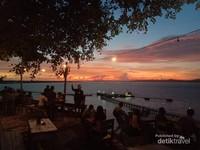 Suasana di kafe saat sunset