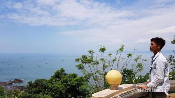 Indahnya pemandangan dari Altar Utama Vihara