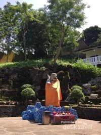 Nah ini Patung Berkain Orange-nya guys