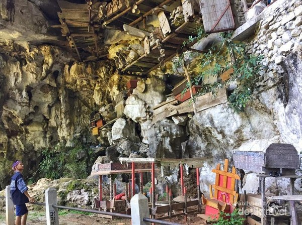 Selain patung, kalian juga melihat tumpukan peti mati yang bisa disebut Erong
