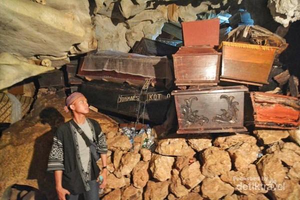 Serem sih foto di depan tumpukan peti mati yang berisi jenazah