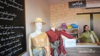Kita bisa menyewa pakaian tradisional khas Thailand di tempat ini