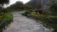 Jalan terjal yang harus dilalui ke kaki bukit