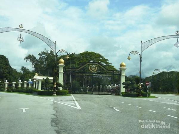 Gerbang utama Istana Kerajaan Perak yang tertutup rapat dengan jalan mengelilingi di kedua sisinya