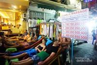Gelar Thai Massage di sepanjang jalan.