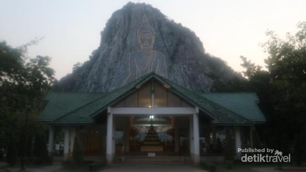 Kita bisa memasuki kawasan Laser Buddha secara gratis
