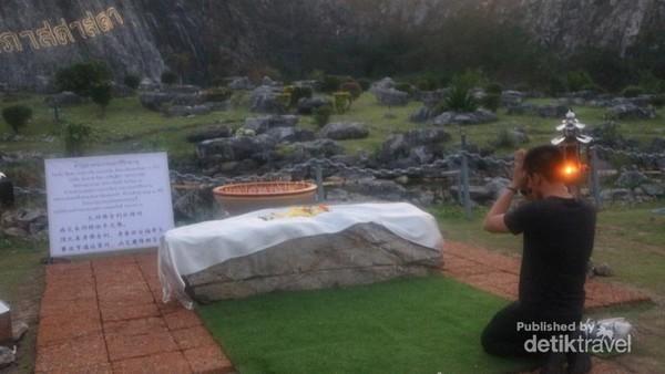 Pengunjung yang sedang berdoa di depan Laser Buddha