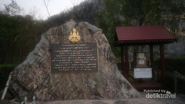 Prasasti dalam bahasa Thailand yang terdapat di kaki bukit Laser Buddha