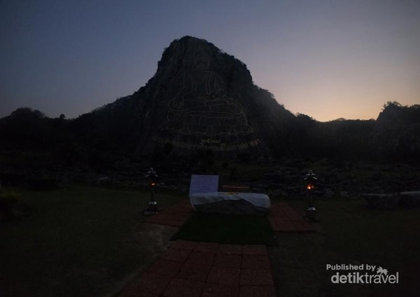 Selepas matahari mulai terbenam, area sekitar Laser Buddha mulai gelap dan temaram