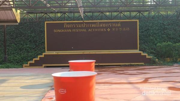 Demikian juga festival Songkran, kita bisa merasakan keseruan basah-basahan di tempat ini, walau aslinya festival Songkran baru diadakan pada bulan April