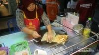 Ada juga pedagang kaki lima yang menjual makanan yang dapat dipastikan halal