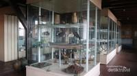 Ruang koleksi biota laut yang sudah diawetkan