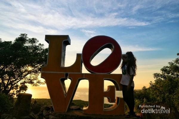 Sesuai namanya, terdapat tulisan LOVE yang terdapat diujung bukit dengan latar belakang lautan.