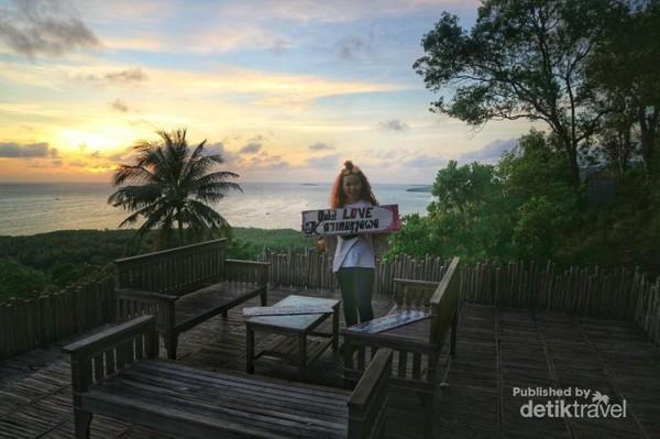 Terdapat kafe mini 2 lantai disini. Di lantai 2 traveler dapat menikmati makanan sambil melihat sunset