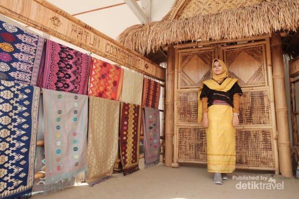 Baju adat di Desa Sukarara