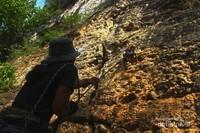 Seorang Pembelay sedang memperhatikan seorang pemanjat yang sedang melakukan Climbing di Tebing Depsos, Kabupaten Maros.