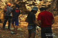 Untuk memulai aktifitas climbing, seorang pembelay wajib memeriksa keamanan seorang pemanjat untuk memastikan keamanannya.
