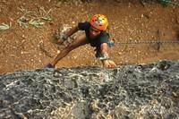 Seorang pemanjat harus memperhatikan posisi hanger agar lebih mudah untuk beristirahat dengan mengaitkan carabiner pada hanger.