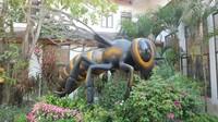 Patung lebah besar di bagian depan peternakan