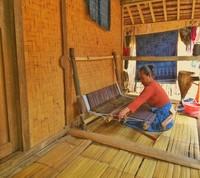 Kerajinan Suku Baduy Luar yaitu menenun, setiap rumah pasti memiliki satu alat tenun