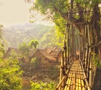 Barisan rumah dan jembatan yang berada di Suku Baduy Luar