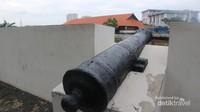 Meriam-meriam kuno yang menghadap ke sisi pelabuhan Sunda Kelapa
