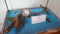 Peralatan navigasi kuno yang bisa ditemukan di ruang pameran menara Syahbandar
