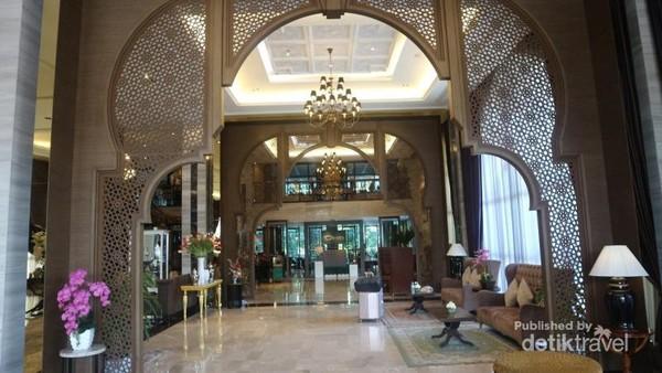 Suasana di lobby Hotel Almeroz