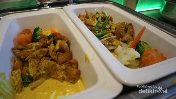 Salah satu hidangan yang tersedia adalah chicken green curry
