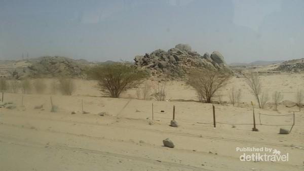 Selain gurun pasir, traveler disuguhi pemandangan berupa tumpukan bebatuan di tengah gurun.