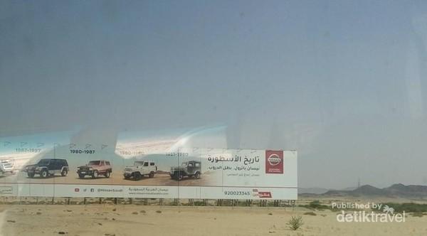 Seperti kota lainnya, terdapat papan iklan komersial, seperti salah satu iklan mobil ini.