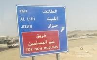 Di persimpangan jalan, terdapat petunjuk arah bagi traveller yang ingin ke kota Taif dan sebagainya.