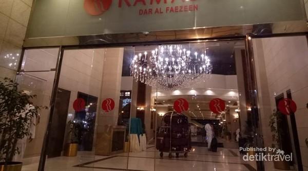 Yeayyy, sampai juga di Makkah. Ini salah satu  hotel yang ada di Makkah, tepatnya di kawasan Ajyad yang berjarak 500m dari Masjidil Haram.