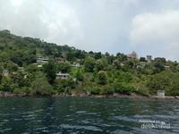 Rumah-rumah di perbukitan di Pulau Pura