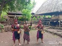 Saya mencoba Pakaian Adat Alor di desa Takpala