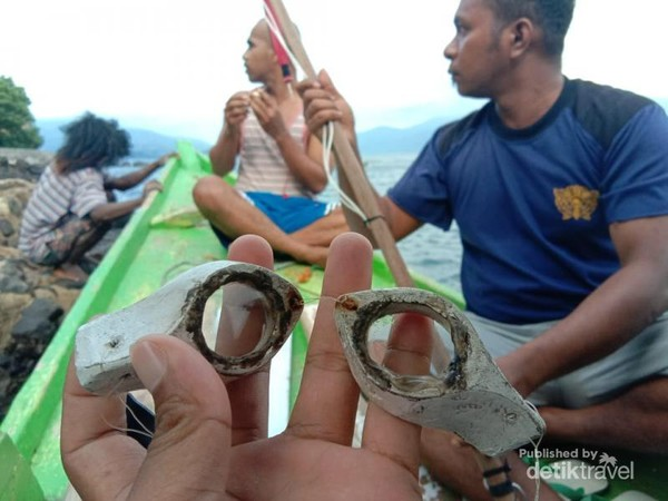 Berburu ikan dengan alat tradisional bersama Bapak Guru
