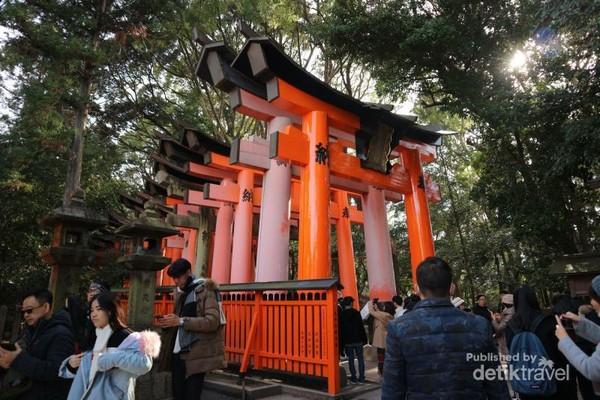 Salah satu deretan Torii yang sangat ikonik di kuil Fushimi Inari Taisha. cf0493f155