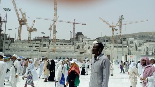 Crane yang yang menjulang di area perluasan  Masjidil Haram dan sekitarnya.  Terlihat jamaah haji usai melaksanakan sholat Jumat di Masjidil Haram