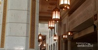 Lampu-lampu gantung menghiasi area masjid. Tidaka hanya lampu berukuran kecil, ada pula lampu gantung yang berukuran cukup besar.