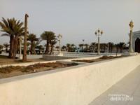 Middle Corniche Park adalah taman yang berlokasi di tepi Laut Merah, Jeddah.  Lokasinya cukup dekat dengan kawasan belanja oleh oleh Corniche Commercial Centre.