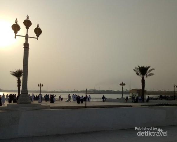 Taman ini ramai dikunjungi jemaah haji, terutama dari Indonesia. Selepas belanja oleh-oleh di Jeddah, lokasi ini menjadi destinasi melepas lelah sambil menanti matahari terbenam.