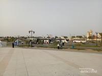 Taman ini dilengkapi area parkir yang luas. Terlihat bus-bus yang membawa rombongan jemaah haji dari Indonesia.